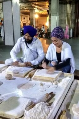 A female traveler making rotis inside the community kictchen
